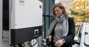 INEES-Projekt von LichtBlick und VW. Frau Dr. Andrea Schirrmacher vom Frauen-Gruenderzentrum in der Anklamer Strasse in ihrem E-Up.
