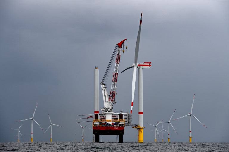 Erste Windkraftanlage im Windpark Borkum II fertig